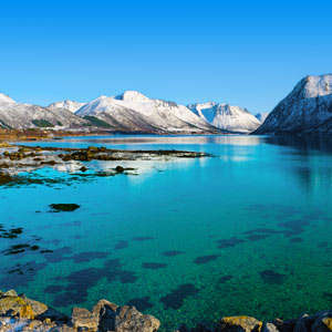 Blauw meer en bergen met sneeuw Noorwegen