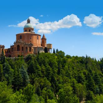 Een gebouw en bomen in Emilia Romagna, Italie