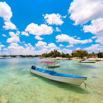 Boot in zee in de baai van Bayahibe in de Dominicaanse Republiek