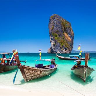 Boot op het strand van het eiland Phuket, Thailand