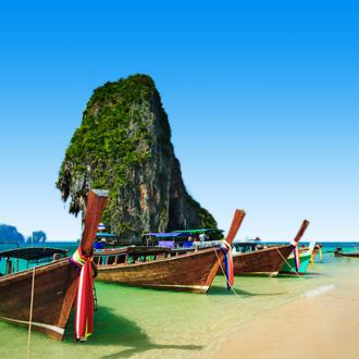Strand met bootjes in Zuid-Thailand