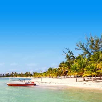 Bootje aan de kust van de Dominicaanse Republiek