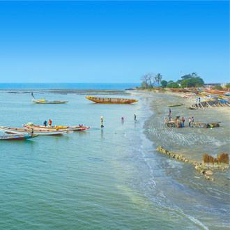 Zee en bootjes in Gambia