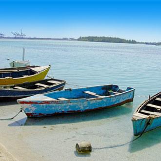 Vissersboten in zee bij Boca Chica in de Dominicaanse Republiek