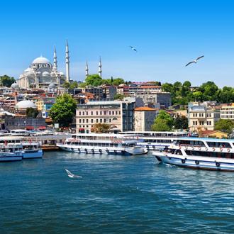 Boten in de baai bij Istanbul Turkije