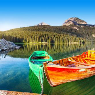 Boten in het bergmeer Durmitor Nationaal Park Montenegro