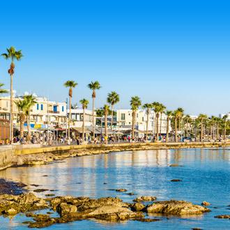 De boulevard en haven van Paphos, Cyprus