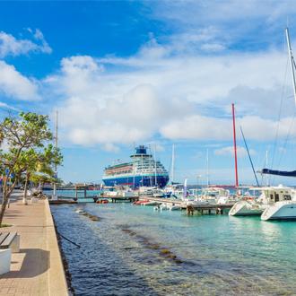 Boulevard op Bonaire met boten en een cruiseschip op zee, Kralendijk