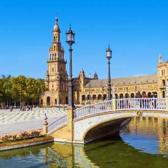 Brug met kathedraal Maria de la Sede in Sevilla
