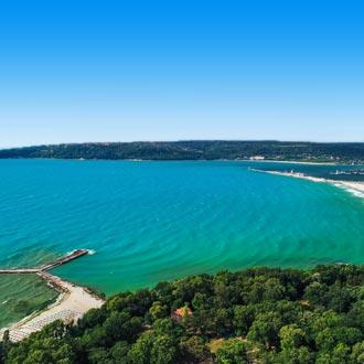 Luchtfoto van de kustlijn in Varna, Bulgarije