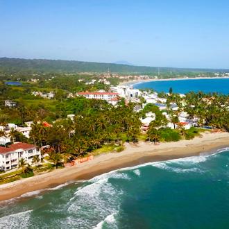 Panorama van het strand en de kustlijn van Cabarete