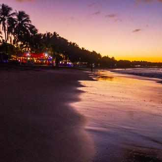 Zonsondergang op het strand van Cabarete met beachbars.