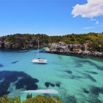 Catamaran in Cala Macarella op Menorca, Spanje