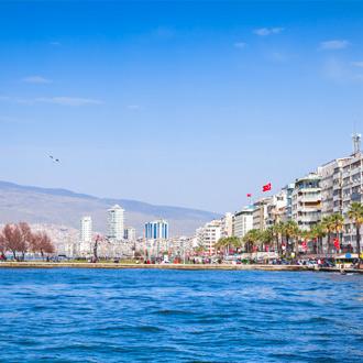 Centraal deel van Izmir aan zee met hotels op de achtergrond
