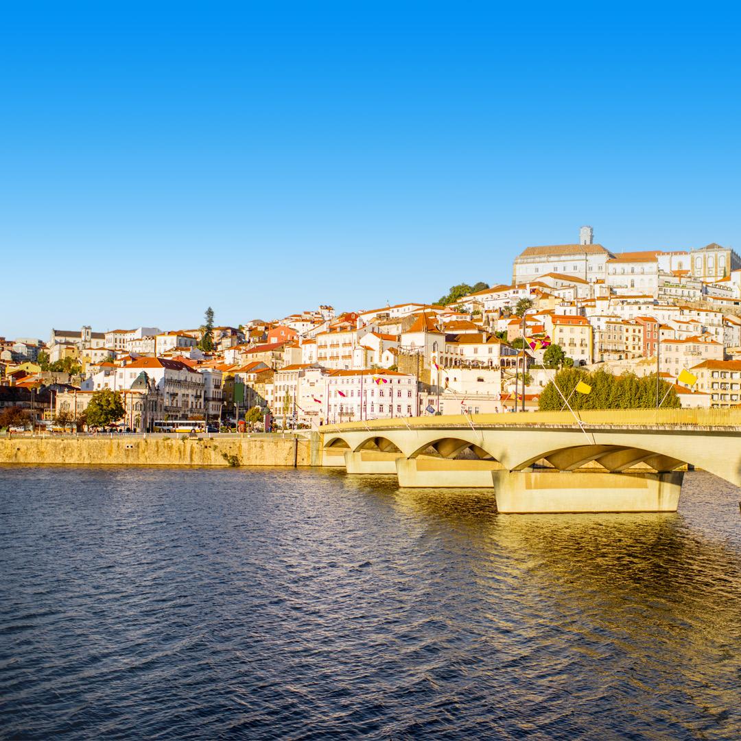 Uitzicht over de stad Coimbra met witte huisjes en brug