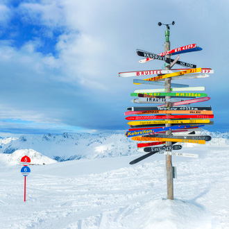 Crossroad in de sneeuw in Ischgl, Tirol