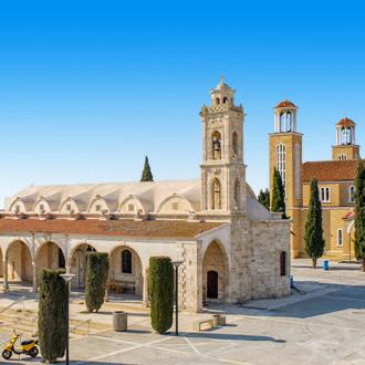 Kerken op het plein van de stad Paralimni in Cyprus