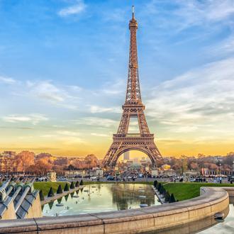 De Eiffeltoren bij zonsondergang in Parijs