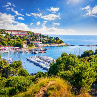 De haven van Vrsar met resorts op de achtergrond, Istrië, Kroatië
