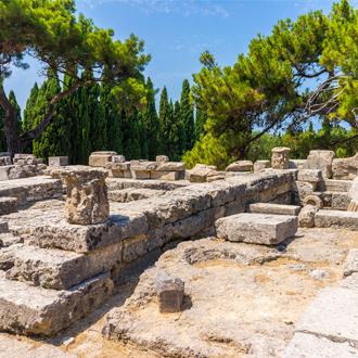 De ruines van de tempel van Athena Polias in Filerimos nabij Trianda Rhodos