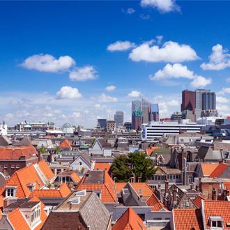 Huizen met oranje daken en hoge gebouwen in Den Haag in Zuid Holland, Nederland
