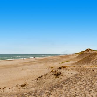 Uitzicht op de lange brede zandstrand van Hvide Sande