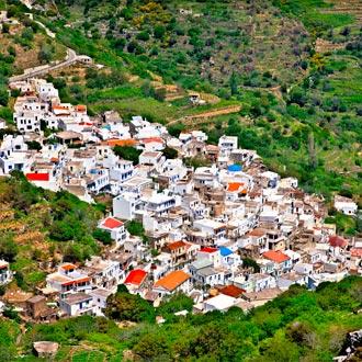 Een dorp op Naxos, witte huizen met een gekleurd dak in Griekenland