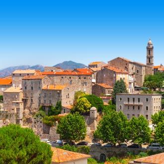 Een oud dorp in Corisca met stenen huizen en oranje daken