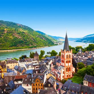 Uitzicht op het dorpje Bacharach in Duitsland