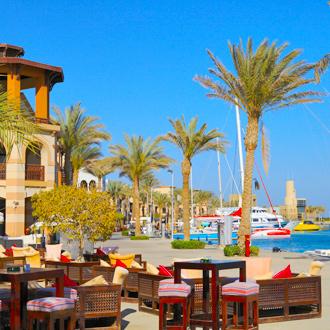 De haven van Port Ghalib met palmbomen en een terras in Egypte
