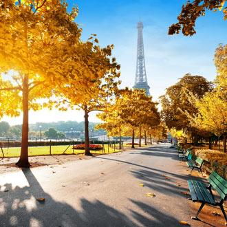 Herfst in Parijs met de Eiffeltoren op de achtergrond in een mooi park