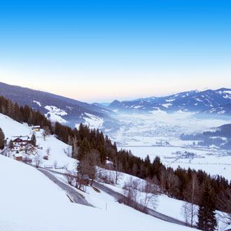 Besneeuwde bergtoppen en skipistes Flachau Oostenrijk