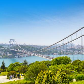 Groen bos bij de FSM brug in Istanbul Turkije