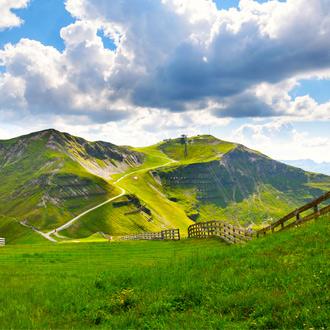 Fietsroute Schattberg Ost met groene bergen