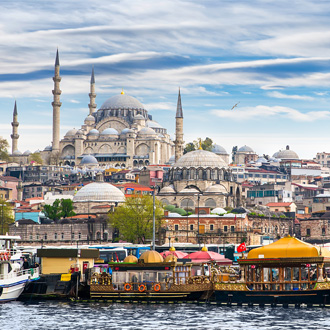 Uitzicht op de stad Istanbul met gebouwen en een boot in Turkije