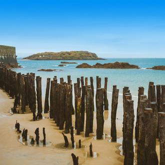 Houten palen langs de kustlijn van Bretagne in Frankrijk