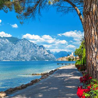 Boulevard aan het Gardameer in Italie