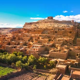 Oude gebouwen tegen een berg in Marokko