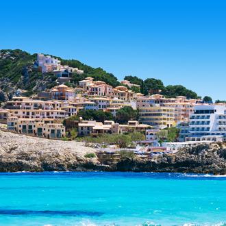 Gekleurde gebouwen in Cala Agulla op Mallorca