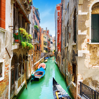 Gondels in het water in Venetie, Italie