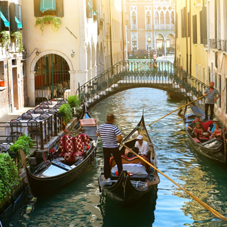 Gondeltocht door de wateren bij Venetie Italie