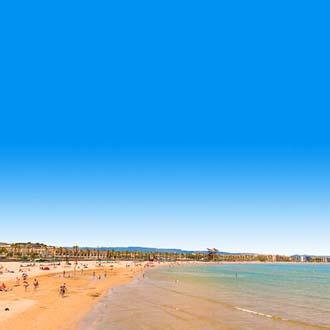 Goudgeel zandstrand en zee aan de Costa Dorada