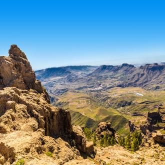 Gebergte in Gran Canaria, met het dorp Tejeda klein op de achtergrond.