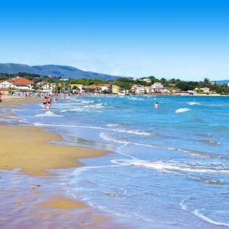 Helderblauw zeewater op het strand van Tsivili op het Griekse eiland Zakynthos