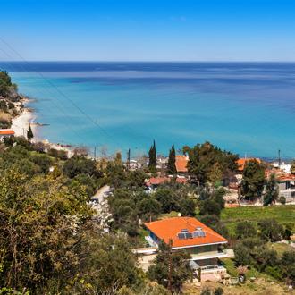 Uitzicht op gebouwen en de helderblauwe zee in Kallithea op Chalkidiki. Griekenland