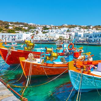 Haven met oude gekleurde vissersbootjes in Mykonos-stad in Griekenland
