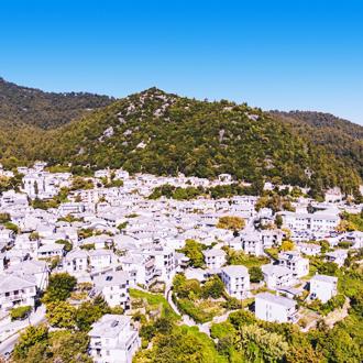 Griekse witte huizen in het dorp Panagia
