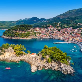 Uitzicht op de haven in Parga in Griekenland