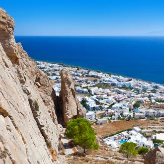 Bergen en huizen met uitzicht op Kamari op Santorini