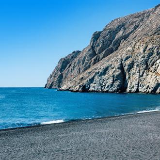 Een vulkanisch strand in Kamari op het Griekse eiland Santorini